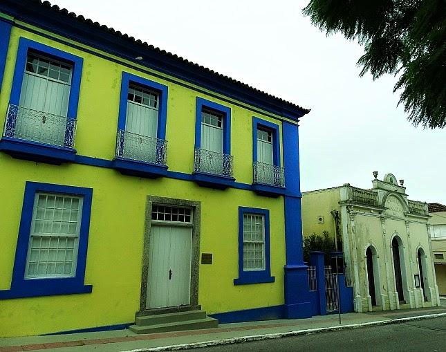 São José, Santa Catarina: Casa de Cultura, à esquerda. Teatro, à direita