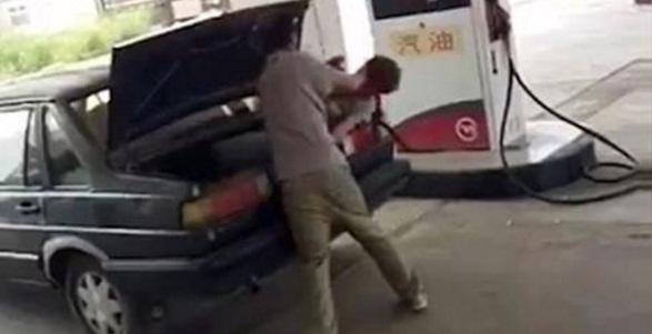 Βίντεο-σοκ: Χτυπάει τη γυναίκα του και τη βάζει στο πορτ μπαγκάζ