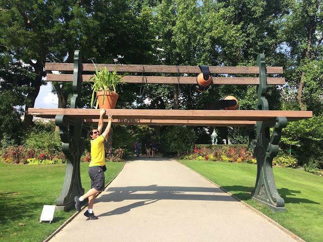 Deixa eu subir aqui nesse banco gigante - Jardin des Plantes - Nantes- França