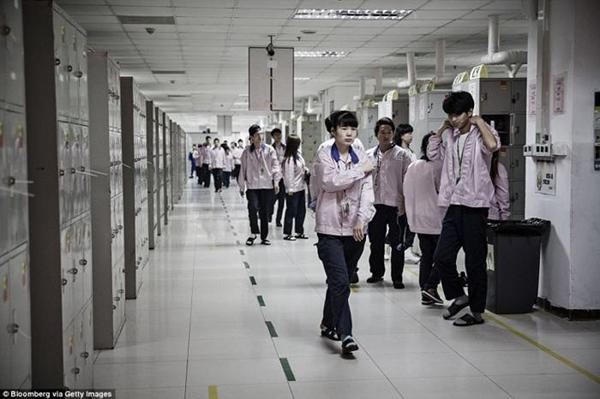 ـ صور من داخل المصنع السري لتجميع الآيفون في الصين ، ولماذا حرصت آبل على نشرها ؟ 1474911442_16.png