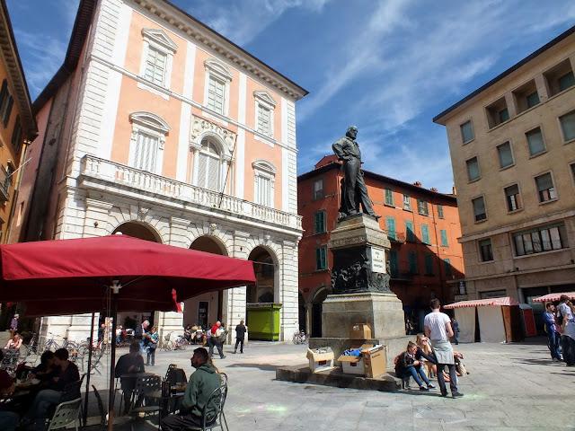 plazas y ambiente en Pisa, La Toscana