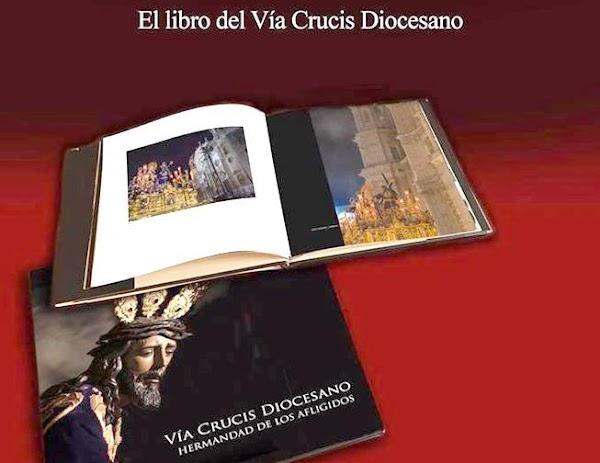 Afligidos de San Fernando edita un libro con imágenes del Vía Crucis diocesano