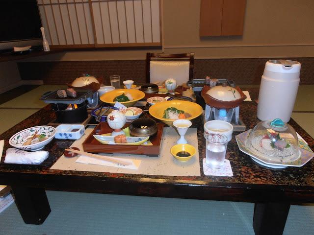 Japon iv metiendo la pata en el yumotokan un ryokan de for Mesa japonesa tradicional