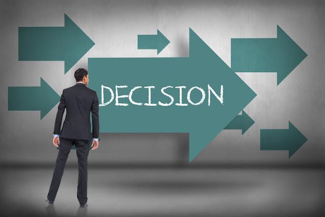 Hombre tratando de decidir