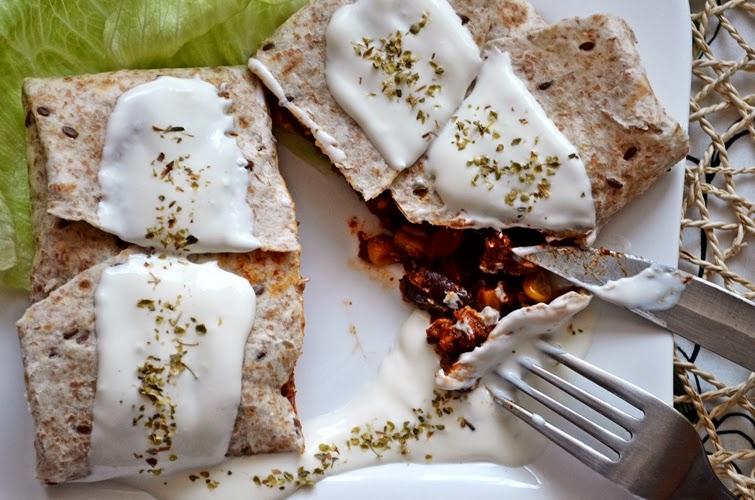 Meksykańskie burrito z mieloną wołowiną i czerwoną papryką