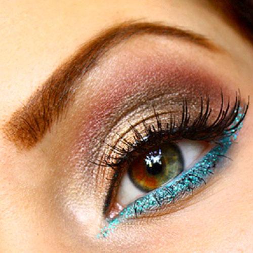 Sombras de ojos marrones con glitter azul