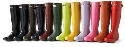 8d8d07b91978 Nos anos seguintes a HUNTER ampliou sua linha de produtos com o lançamento  de chinelos (de borracha), sandálias, botas para montaria, além de meias ...