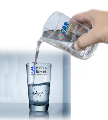 Gelas berisi sedikit air dan dituang air