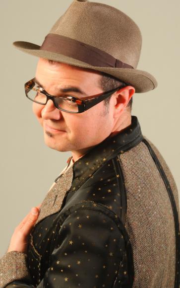 Foto de Aleks Syntek con sombrero