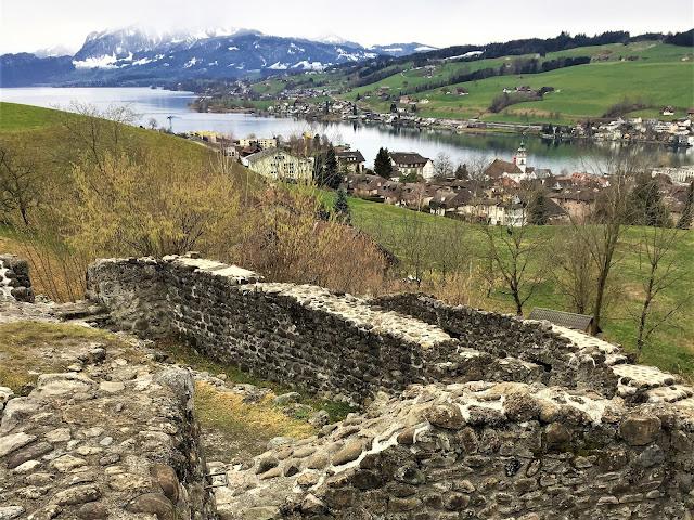 Ruine Gesslerburg und Aussicht auf Vierwaldstättersee und Pilatus