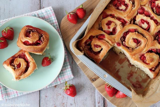 Hefeschnecken mit Erdbeeren auf Sirup.