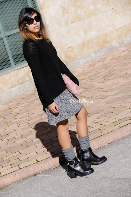 Vestido y jersey largo negro con botines cut out y calcetines altos
