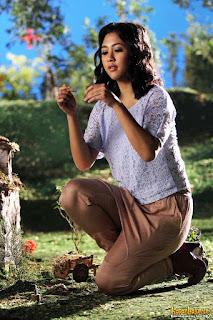 Penyanyi cantik Sherina Munaf jongkok
