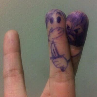 Creatividad con los dedos rayandose las manos