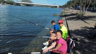 Barqueta-pesca-niños-río.
