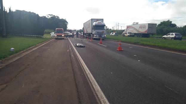 Motociclista morre atropelado por caminhão, após colisão entre motos