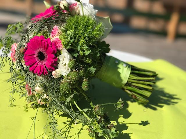 Frühlingsbrautstrauß, Maigrün, Pink, Frühlingshochzeit in den Bergen am See, Hochzeitshotel Riessersee Hotel Garmisch-Partenkirchen, heiraten in Bayern, Hochzeitsplanerin Uschi Glas