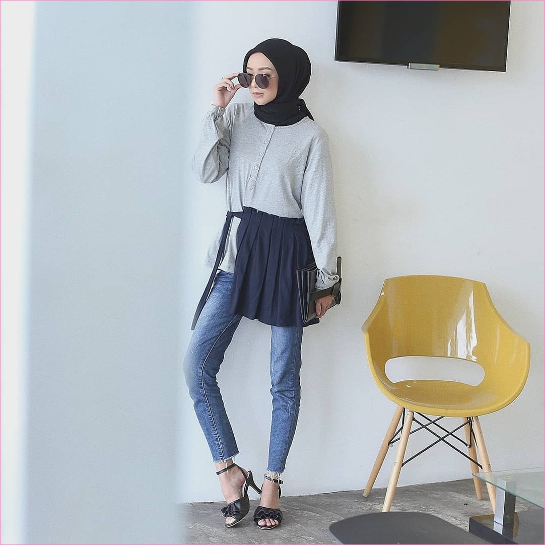 Outfit Celana Jeans Untuk Hijabers Ala Selebgram 2018 blouse tunic abu muda clutch dompet kacamata bulat kerudung segiempat hijab square wedges high heels hitam pants jeans denim ootd trendy