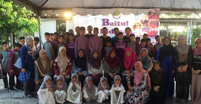 Source: Andorra Women & Children Hospital. Volunteers from Andorra pose with children from the Pusat Jagaan Baitul Hidayah orphanage.