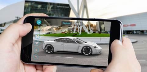 Ein Smartphone mit einem Porsche im Bildschirm