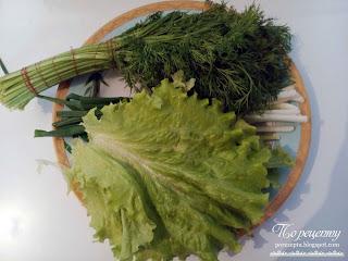 Листья салата, укроп и зеленый лук