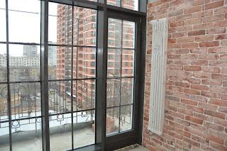 Дверь из дуба интегрированная в фасадное остекление