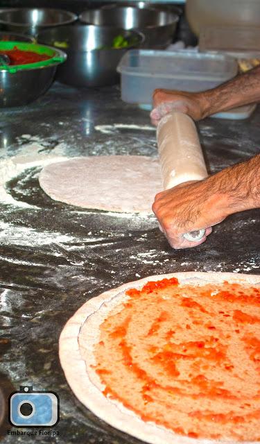 Pizzaria-do-Cica-preparando-massa-integral-pizza-Florianópolis-Rio-Tavares-Embarque-Floripa