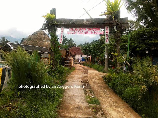 Gerbang masuk kampung curug