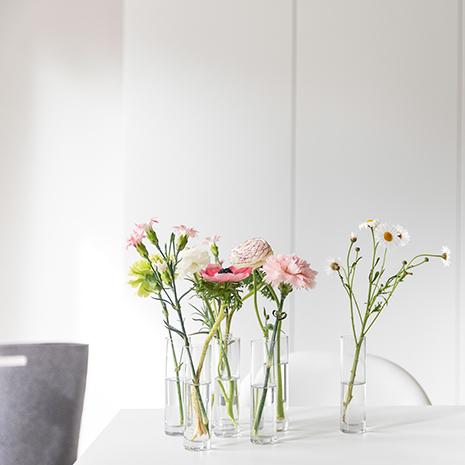 Ein Strauß bunter Blumen - Deko mit Einzelvasen