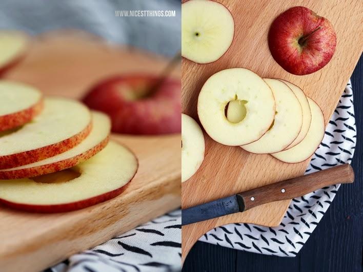 Apfelscheiben mit Nüssen schichten, backen und mit Karamellsauce servieren