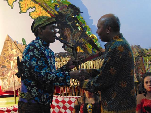 Nonton Wayang Ning Gereja Wedi Kuwi Nyenengke