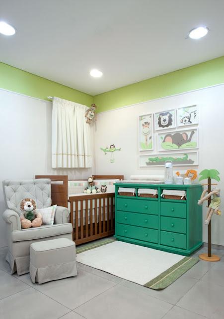 Este quarto de bebê segue a mesma linha lúdica do anterior.  Destaque para a cômoda verde e os acessórios com temática de selva.