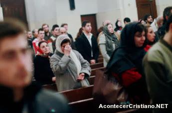 Cristianos en iglesia cristiana de Irán