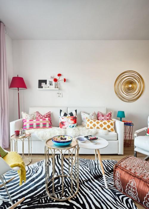 sofa blanco con cojines de colores lampara de pie y mesitas de laton chicanddeco