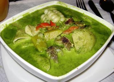 Foto de sopa de menestrón servido en plato cuadrado