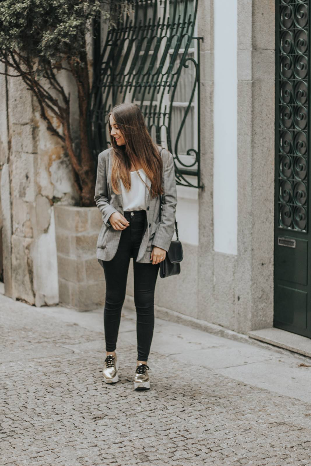 outfit_check_blazer_golden_sneakers