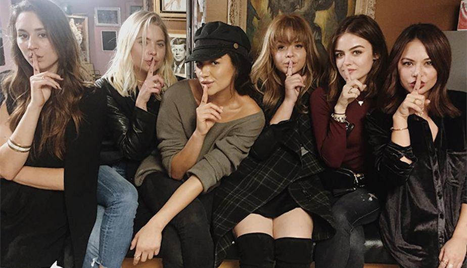 Las protagonistas con el gesto de silencio característico de 'Pretty Litlle Liars'