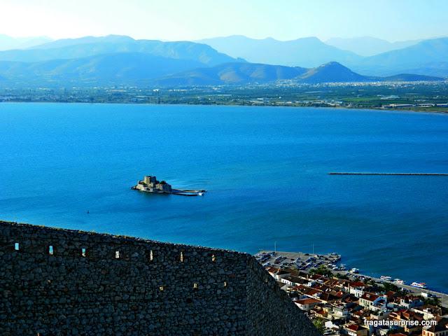Forte Bourtzi, diante do Porto de Nafplio, visto das muralhas da Fortaleza de Palamidi