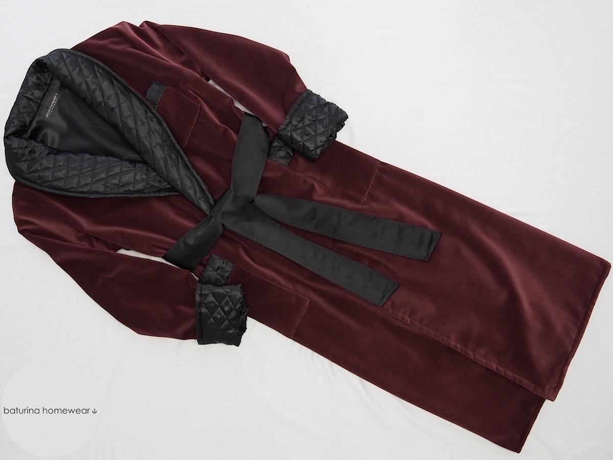 eleganter herren hausmantel aus weinrotem samt. Black Bedroom Furniture Sets. Home Design Ideas
