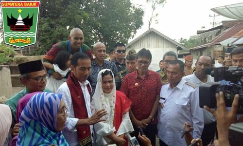 Didampingi Gubernur Irwan, Presiden Jokowi Serahkan Sertifikat Tanah untuk Keluarga Adinegoro