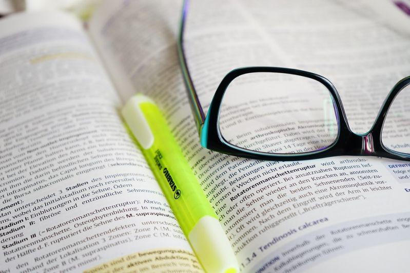 brille-lesen-lernen-buch-text-via-pixabay