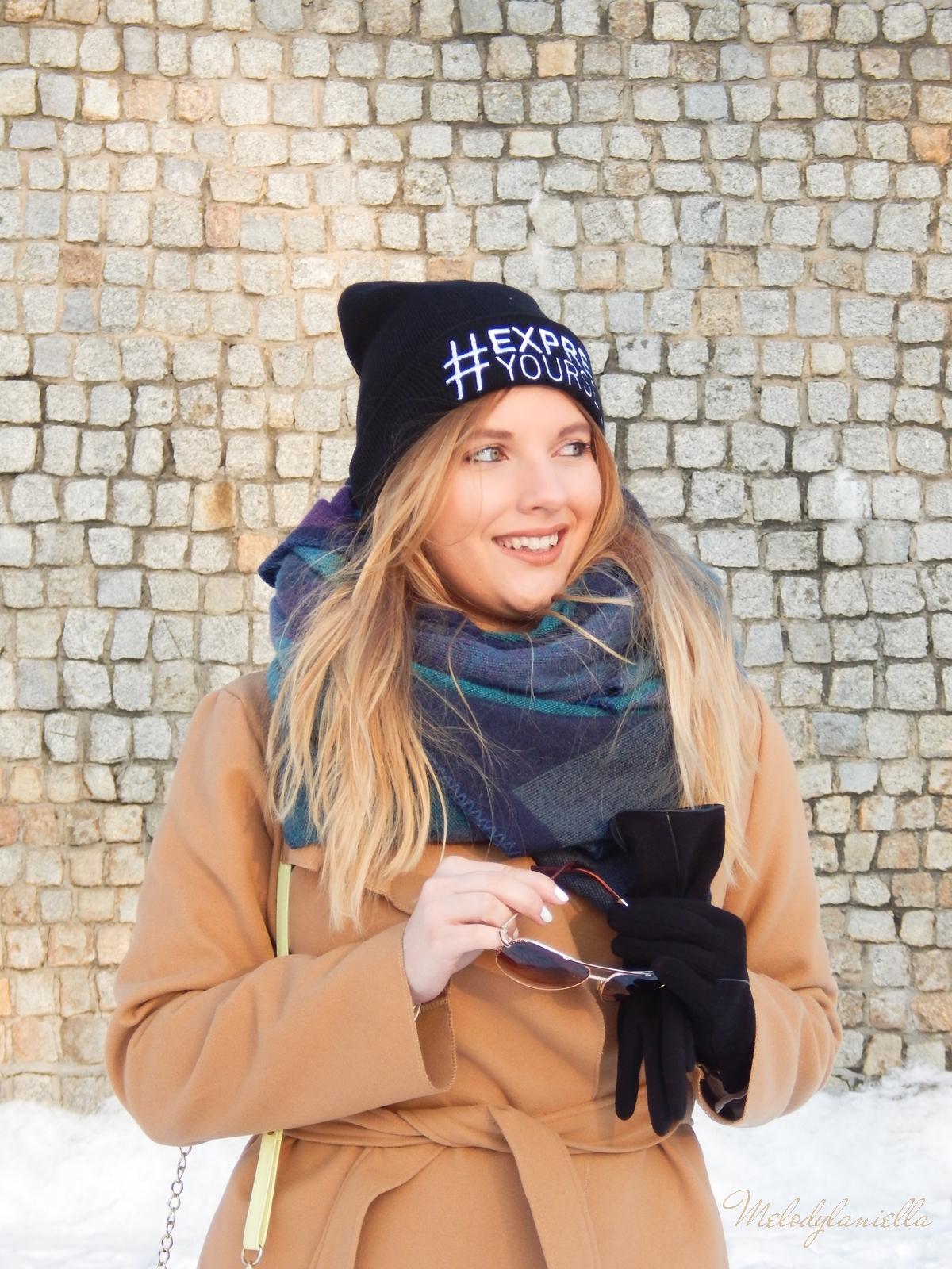2 melodylaniella wełniany piaskowy beżowy karmelowy wielbłądzi płaszcz stylizacja na zimę białe dodatki torebka manzana trapery deichmann czepka bellissima duży szal okulary dziewczyna influencer