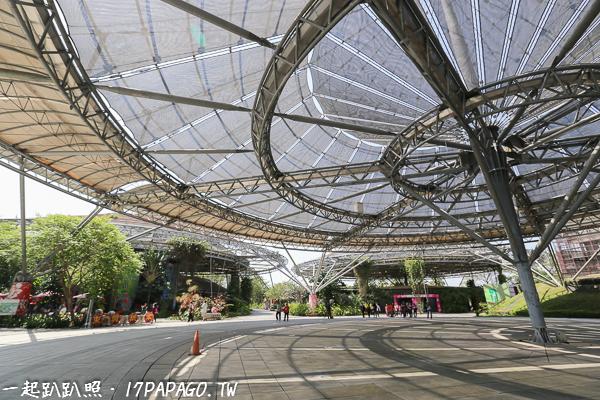 傘架聚落建築區,這六座超壯觀的大傘很吸引人,除了遮蔭,上面還有太陽能光電板,建材也可拆卸重覆組裝