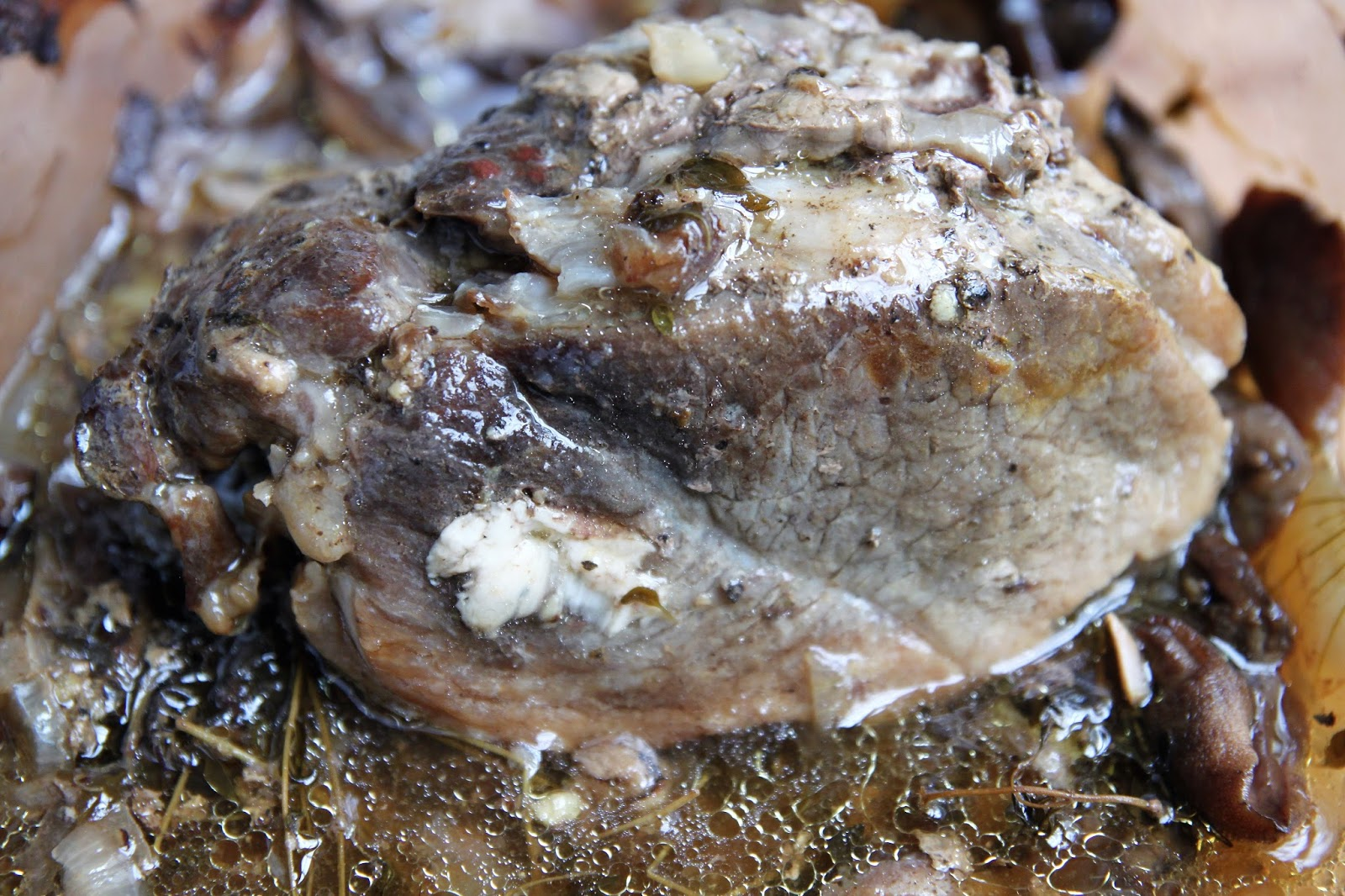 Pieczeń z łopatki z grzybami leśnymi