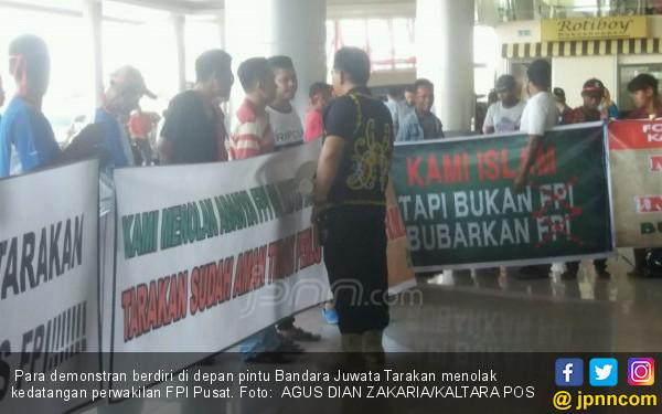 Waketum FPI Tiba di Bandara, Disambut Aksi Penolakan