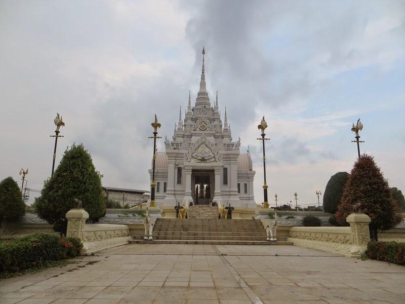 Белый Храм в Сураттани