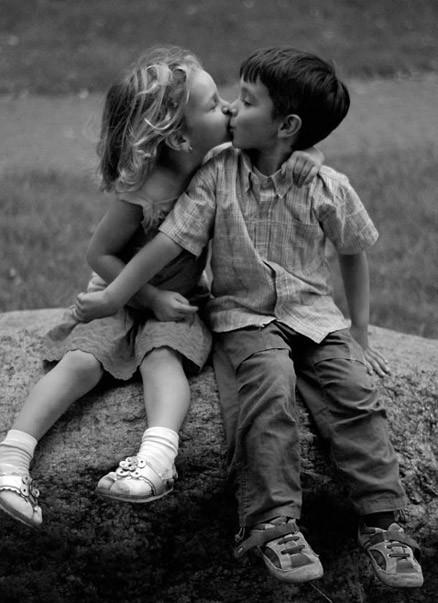 Adolescentes japoneses beijam e tocam