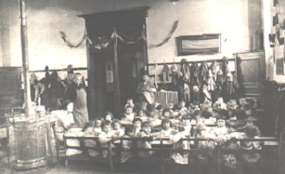 La salle de classe transformée en cantine vers 1890 (collection musée)