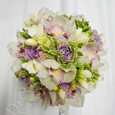 Menyasszonyi esküvői csokor fehér orchideából és lila rózsából