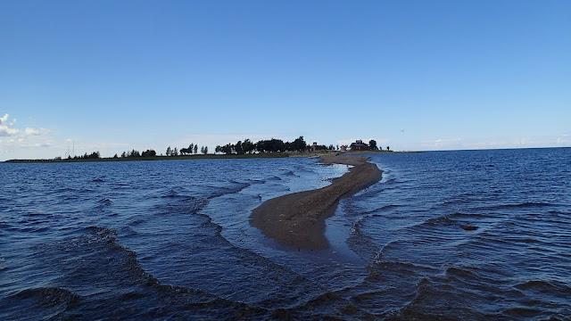 Saari, josta pistää esiin pitkä hiekkapankki/hiekkaniemeke